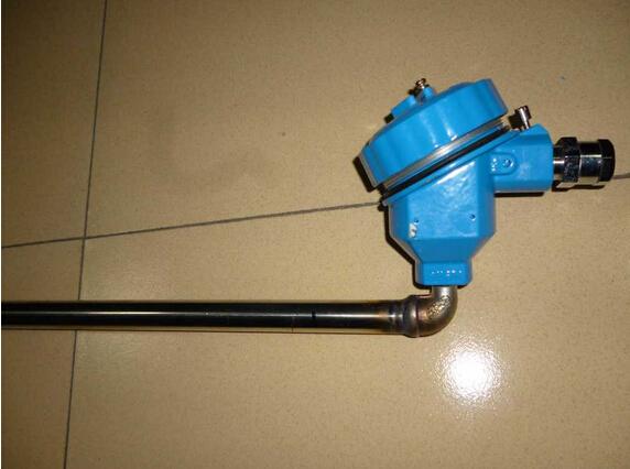 液位变送器是磁性电远传液位计的配套仪表。它由传感器和转换器两部分组成。 磁性浮子随液位上下移动时,对应液位位置的干簧管受浮子内磁场的作用吸合,电阻链阻值发生变化, 经转换器转换成4~20mA标准电流信号输出。 技术参数: 测量范围L:200~15000mm 环境温度:-40~80 精确度:10mm或5mm 线性度:0.